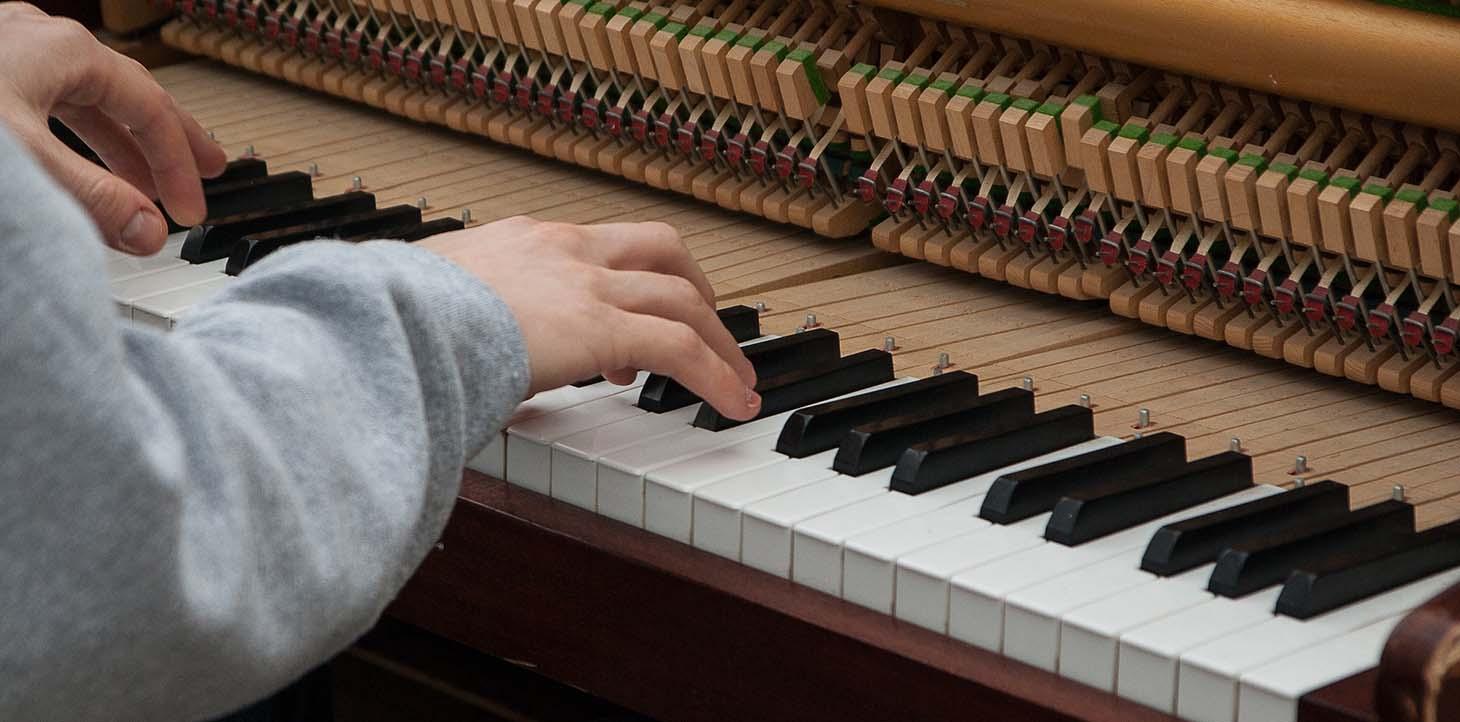 آموزش پیانو با استاد پیانواز مبتدی به بالا (با روشی علمی به موازات تئوری موسیقی) متناسب با سن، پیشینه و شرایط هنرجو